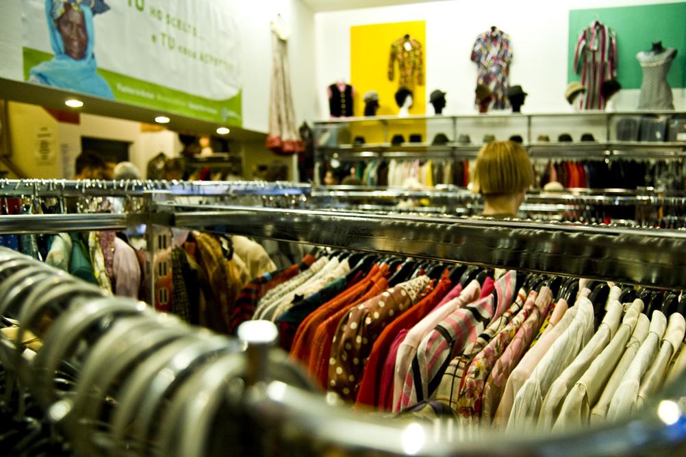 All estero si chiamano Charity Shops  negozi che si basano sulla vendita di  oggetti e abbigliamento vintage (o comunque di seconda mano) i cui proventi  ... a62b3b75886