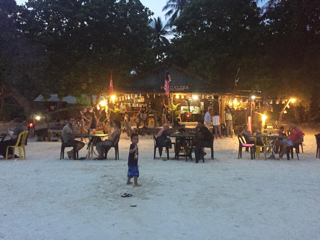 Uno dei locali sulla spiaggia che tutte le sere prepara deliziose grigliate di pesce