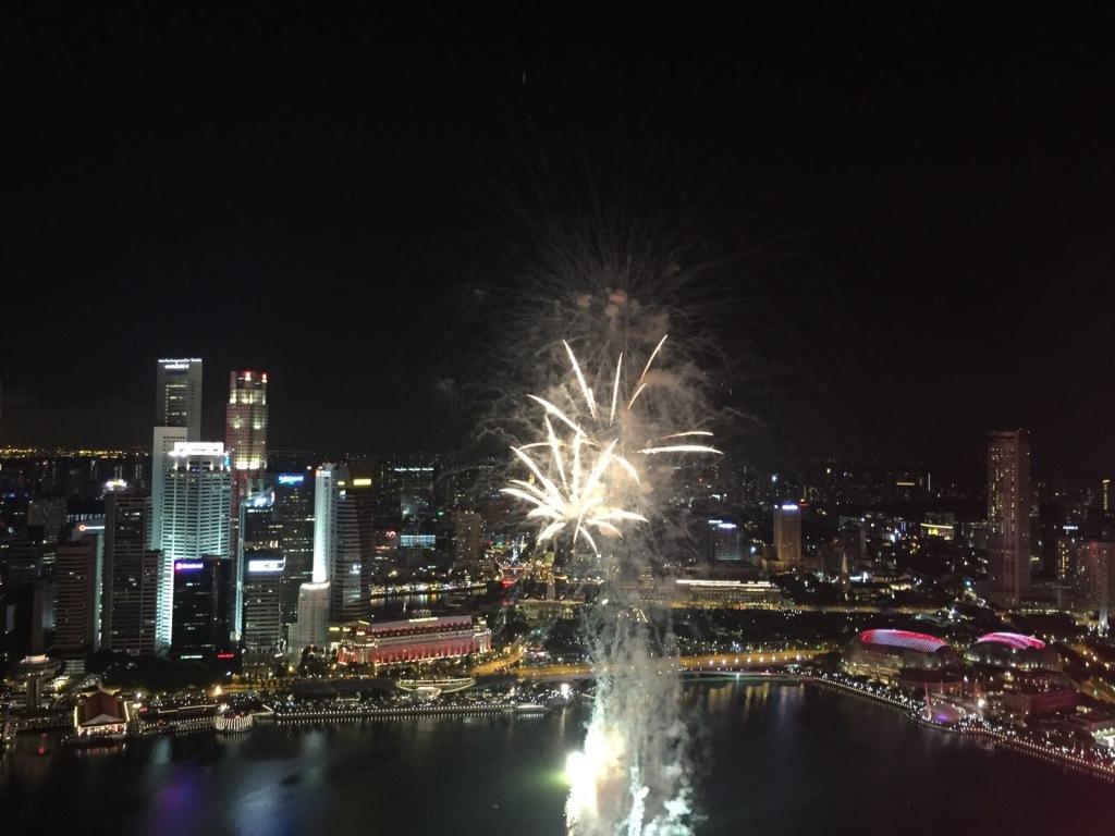 I festeggiamenti per il compleanno di Singapore dall'infinity pool del Marina Bay Sands