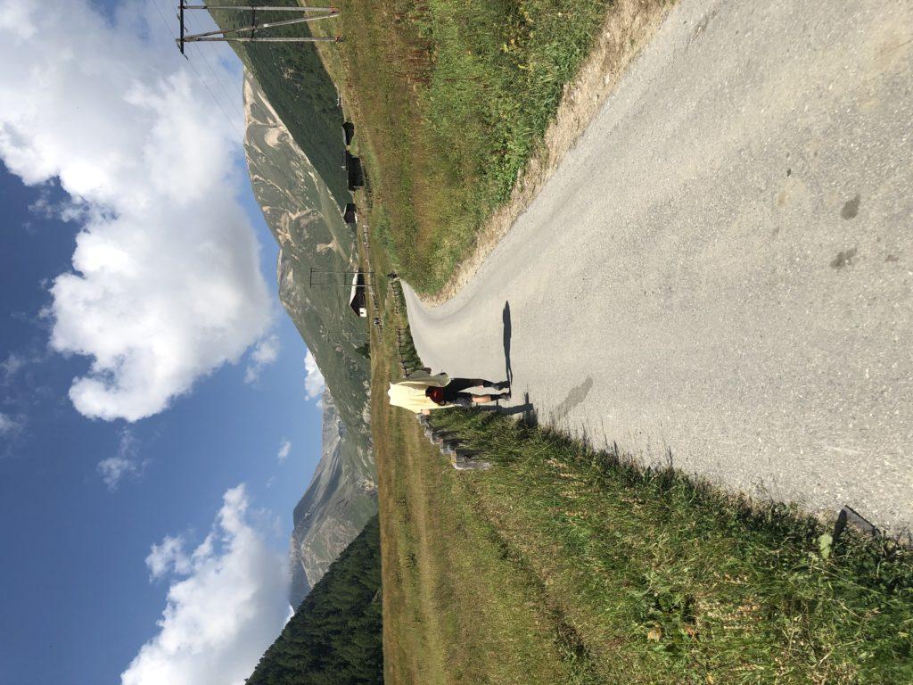 Il sentiero ampio e soleggiato per percorrere la Valle